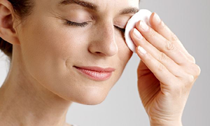 cleansing the eyelids