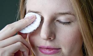 exfoliating the eyelids