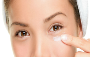 Before applying makeup on your face, it is important to apply a good-quality moisturizer that contains at least SPF 15. Dry skin can somehow worsen your eye ...
