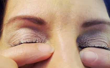 Use Fingers For Curling Eye Lashes